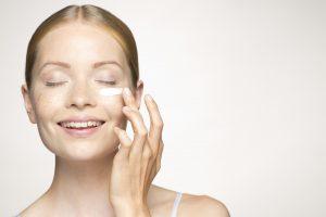 Assorbimento crema viso da parte della pelle